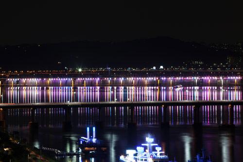盤浦大橋(バンポデギョ)から臨むレインボー噴水