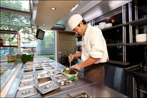 オープンキッチンではビビンバの盛り付けを