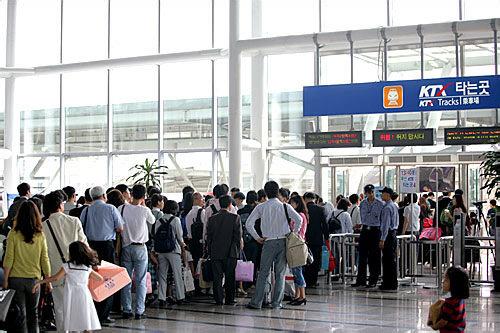 長蛇の列をなすソウル駅の改札