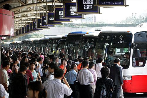 出発を待ち構える地方行き高速バス
