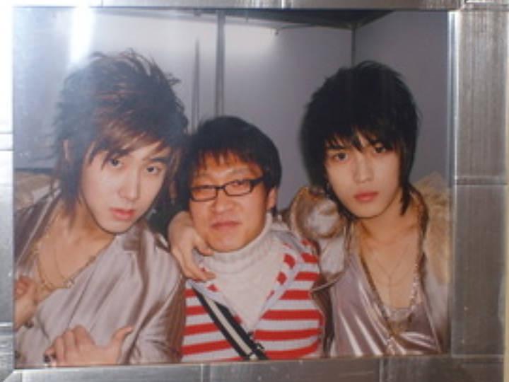 ユンホ(左)とオーナー(中央)、ジェジュン(右)