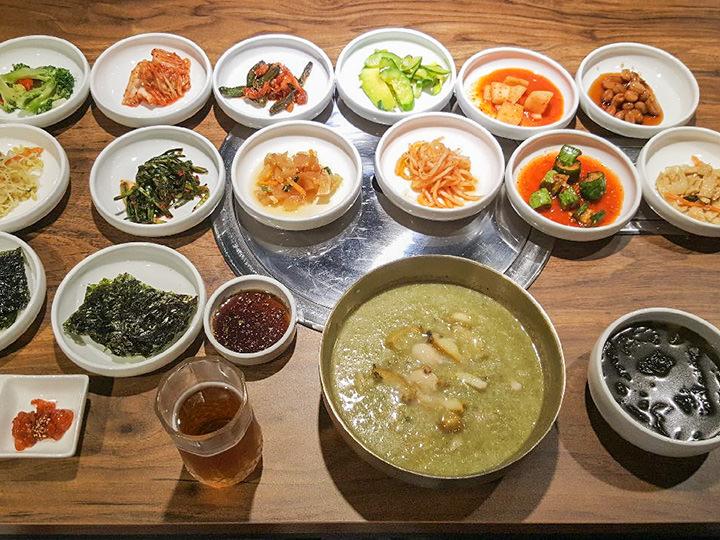 アワビ粥 12,000ウォン アワビ1匹を使った贅沢な釜山式アワビ粥。たくさんのおかずと一緒にご提供。
