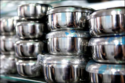韓国の食堂の定番、アルミの容器 1,000ウォン~