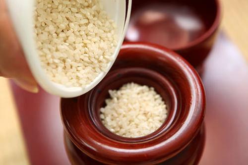線香を挿す炉には必ず米を入れる