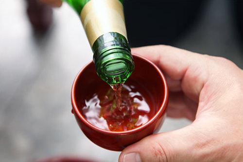 主催者である祭主(チェジュ)が線香を立て、補助役が祭主に酒を注ぐ