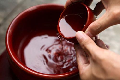 受け取った杯の酒を器に空ける。何度かに分けて注ぐ場合も