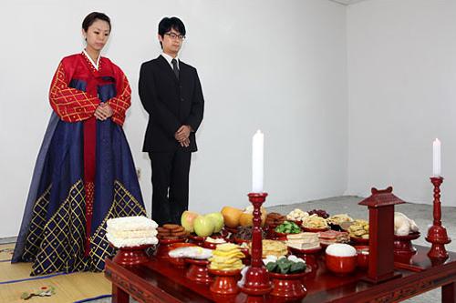 新婚夫婦などの場合は女性が韓服を着て男女で行なうことがある。