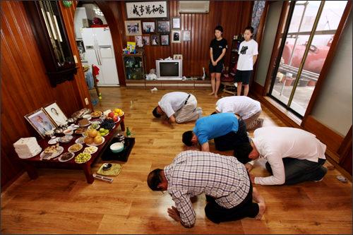 酒を供える度に参列者が一緒に拝礼。女性は参加せず