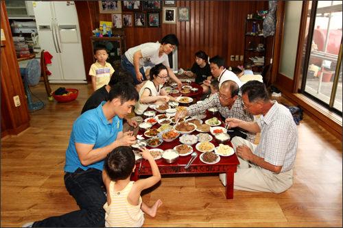 終了後は家族全員で供物を食べる