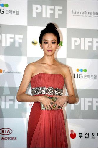 チョン・リョウォン代表作: ドラマ「私の名前はキム・サムスン」「君はどの星から来たの」「幻の王女チャミョンゴ」映画「B型の彼氏」「二つの顔の猟奇的な彼女」「キム氏漂流記」