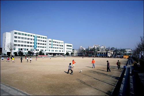 韓国外国語(ハングッウェグゴ)大学の運動場