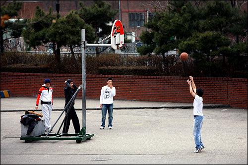 漢陽(ハニャン)大学の広場でバスケをする学生
