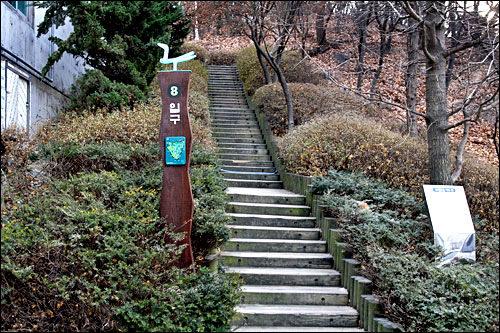 東国大学にある南山8番入り口