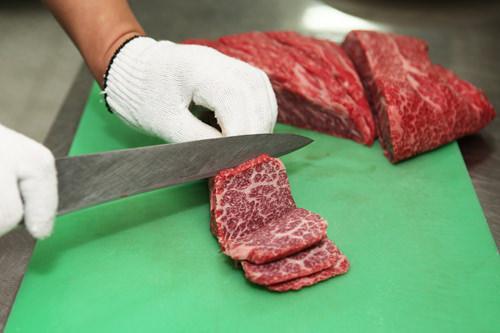 鮮度を保つため、肉は注文を受けてからカット