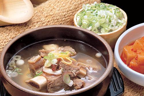 カルビスープ 9,000ウォンご飯との相性バッチリ。脂ののった骨付きカルビが入ったスープ
