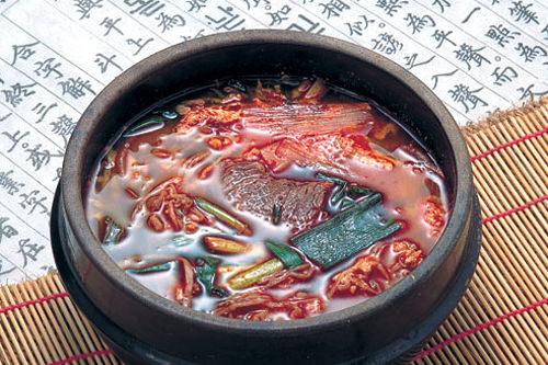 ユッケジャンスープ 7,000ウォン牛骨スープに赤唐辛子がたっぷり
