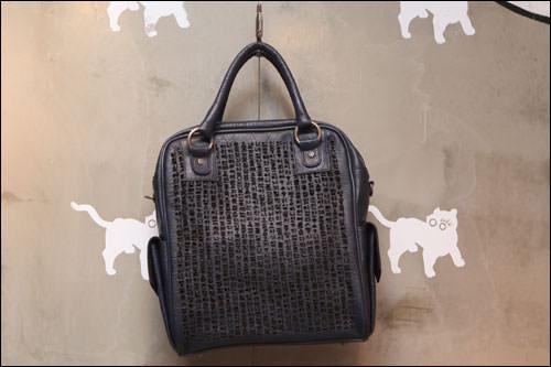 ハングルの解説書、訓民正音(フンミンジョンウン)をデザインしたバッグ(598,000ウォン)