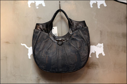 カンガルー皮に伝統刺子をあしらった商品798,000ウォン
