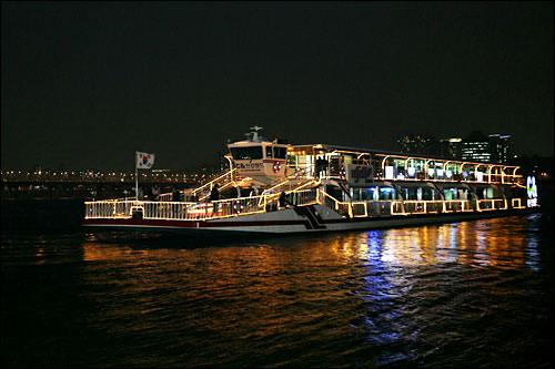 ライトアップされた遊覧船(写真はイメージです)