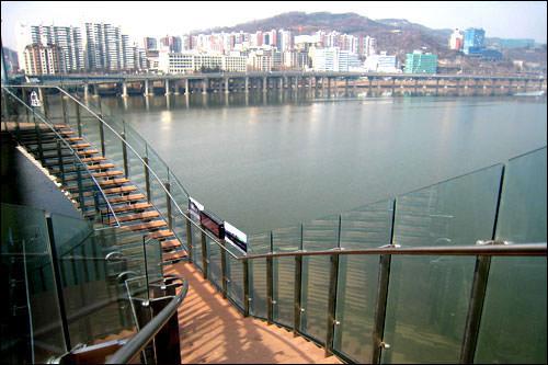 橋から「広津橋8番街」に続く階段