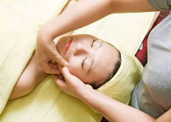 小顔コルギテラピー顔全体のつぼを刺激し、たるんだ頬をリフトアップ。小顔へ導きます。