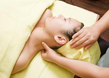 3.首マッサージ頭のつけ根から肩にかけてマッサージし、リンパの流れを良くします。
