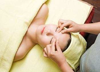 4.目元マッサージ緊張した目周辺の筋肉を緩和させることで重くなった目元をすっきりさせます。