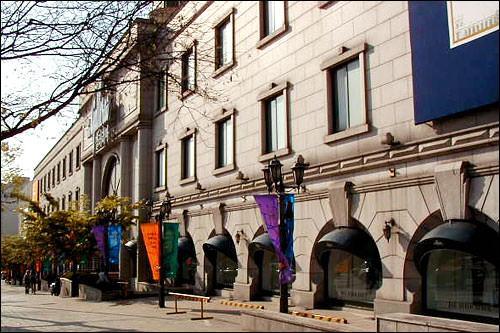 ギャラリア百貨店前の歩道