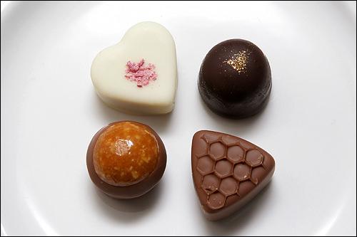 (左上から時計回りに)ジンドゥヤハート:アーモンドペースト×ホワイトチョコブラシル:チョコレートムース×ダークチョコハニーミルク:蜂蜜×ミルクチョコヌガティン:アーモンドヌガー×ミルクチョコ