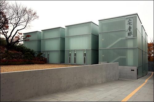 施設は半透明のボックスが連なるような形