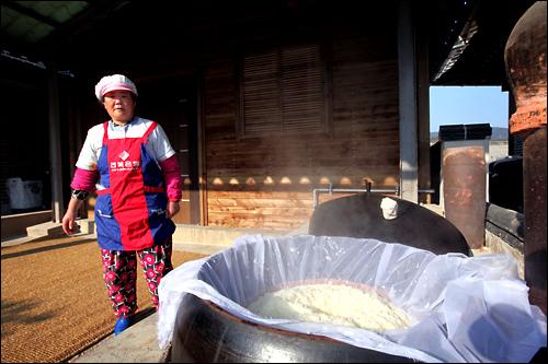 もち米は昔ながらの大釜で蒸す