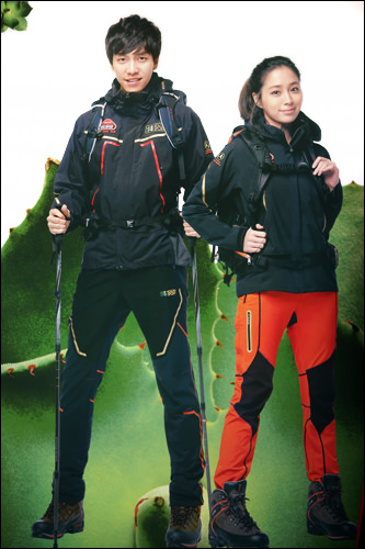防風・防寒用のジャケット類は「風を防ぐ物」という意味のパラムマギ (「コーロンスポーツ」ポスターより)
