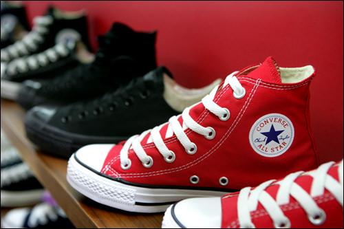 スニーカーの中でもキャンバス地のものは「ケンボスファ(キャンバス靴)」とも