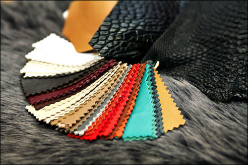 2 色と素材を指定お店の豊富なサンプルの中から色と素材を選びます。