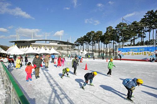 冬はスケートリンクが登場