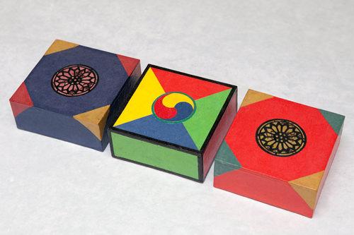 小物入れ 各16,000ウォン カラフルな色彩が目を引く、韓国ならではの模様がはいった小物入れは、お土産にぴったり。