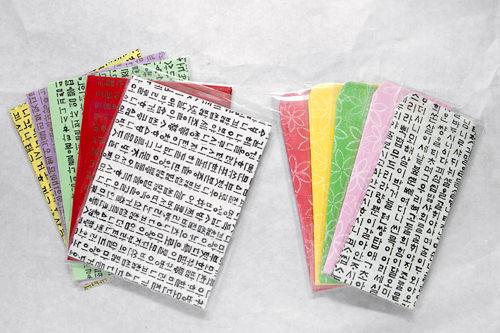 便箋(10枚)、封筒(4枚) 各2,000ウォン 一番人気の便箋と封筒。一面にハングルが描かれたタイプが売れ筋。