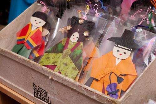 韓紙人形 各10,000ウォン 飾りやすいようストラップのような紐がついています。