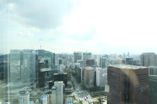ガラス越しに広がるソウルの景色