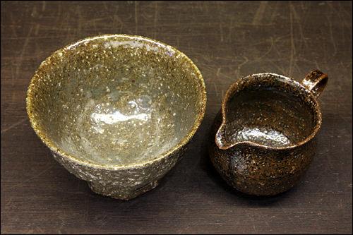 (左)緑黄釉のボール 50,000ウォン(右)緑黄釉のミルク入れ 100,000ウォン
