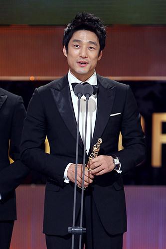 チ・ジニ(トンイ)「チャングムの誓い」に続き、二度目の時代劇出演で見事最優秀賞を受賞。今までの威厳漂う王とは違った気さくで軽妙なキャラクターの王を熱演し、視聴者から熱い反響がありました。