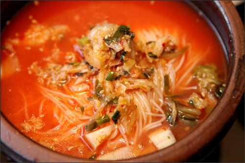 スープは見た目より辛くなくほどよい酸味がクセになる味