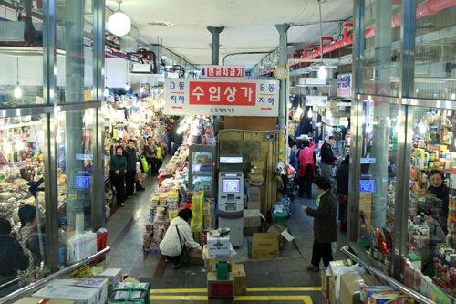 輸入食品店街(地図:青3)D&E棟地下1階に位置。日本をはじめ各国輸入食品が多数揃う。