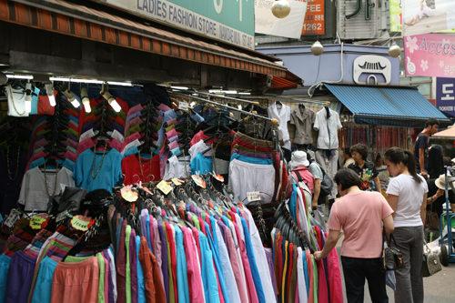 衣類店街(地図:青4)中高年向けの婦人服を中心に、衣類や雑貨を扱う店が並ぶ。