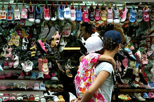 子ども服店街(地図:青5)建物内と路面に子ども服の店が溢れる。全国流通の9割が集まる。