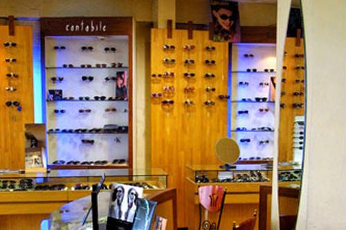 カメラ・眼鏡店街(地図:青6)各メーカーのカメラ専門店が並ぶ。眼鏡店はメインストリートにも多い。