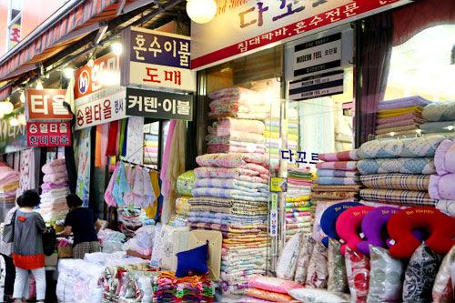 布団&寝具店街(地図:青8)韓国らしい模様や刺繍の入った布団や枕の専門店街。