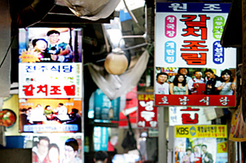 太刀魚横丁(地図:青9)太刀魚と大根を甘辛く煮込んだ料理、カルチジョリムの専門店が細い路地に並ぶ。※通りは多少薄暗いですがお店は営業しています。