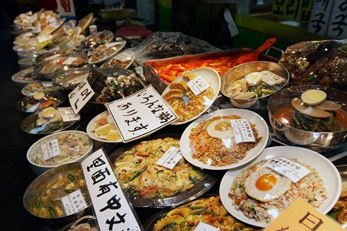 韓国料理うまいもん横丁(地図:青11)ビビンバやチゲ、トッポッキなど多様なメニュー。ディスプレイが並ぶので、メニューがわかりやすい。
