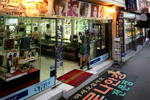 セロナメガネ(地図:緑1)芸能人ご用達の一流ブランド眼鏡が豊富にそろう専門店。「Chloe(クロエ)」や「GUCCI(グッチ)」など日本人にも人気のブランドを割引価格で購入可能。20年以上の歴史があり韓国人から外国人まで、大勢の常連客を抱える。